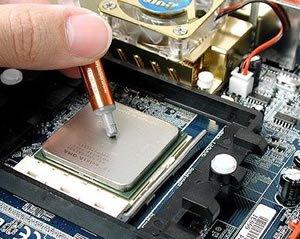 Процесс нанесения термопасты на компьютерный процессор