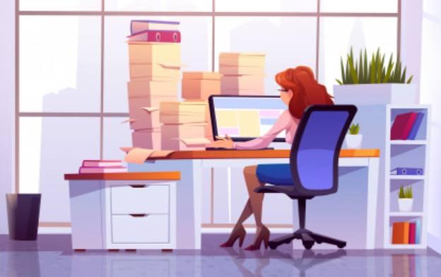 Работа женщины в офисе за столом с компьютерным монитором