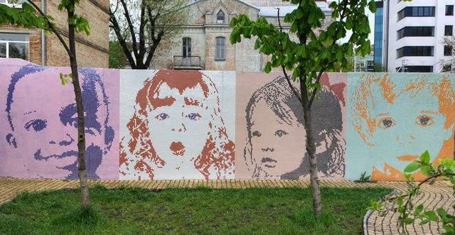 Лица детей на уличной стене
