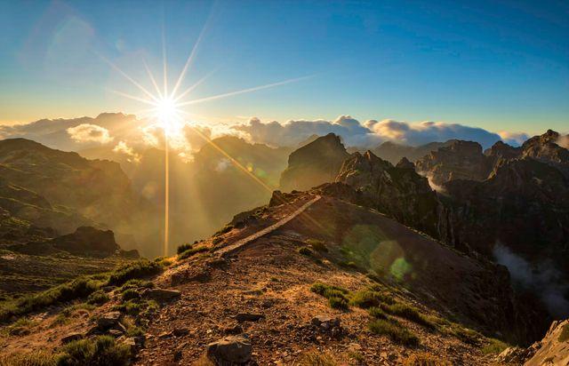 Съёмка горного пейзаж с солнечной вспышкой